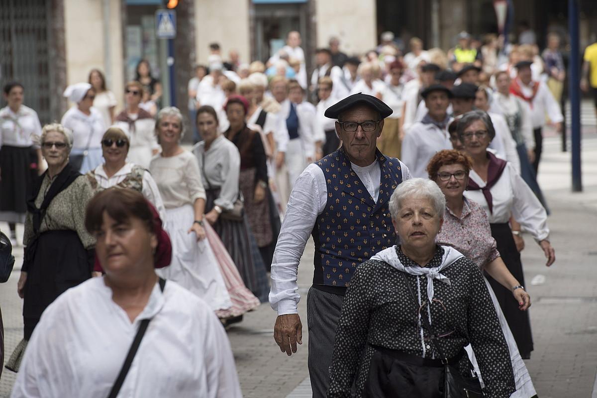 Atzo goizean kalez kale ibili ziren musikariak eta dantzariak, Erromeria Egunean. ©GORKA RUBIO / FOKU