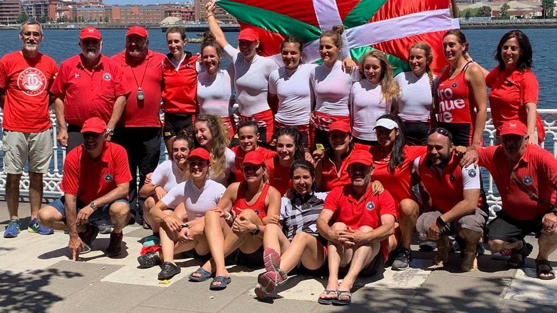 Zumaiako arraulariak, igandean Portugaleten irabazi zuten bandera ospatzen. ©BALEIKE
