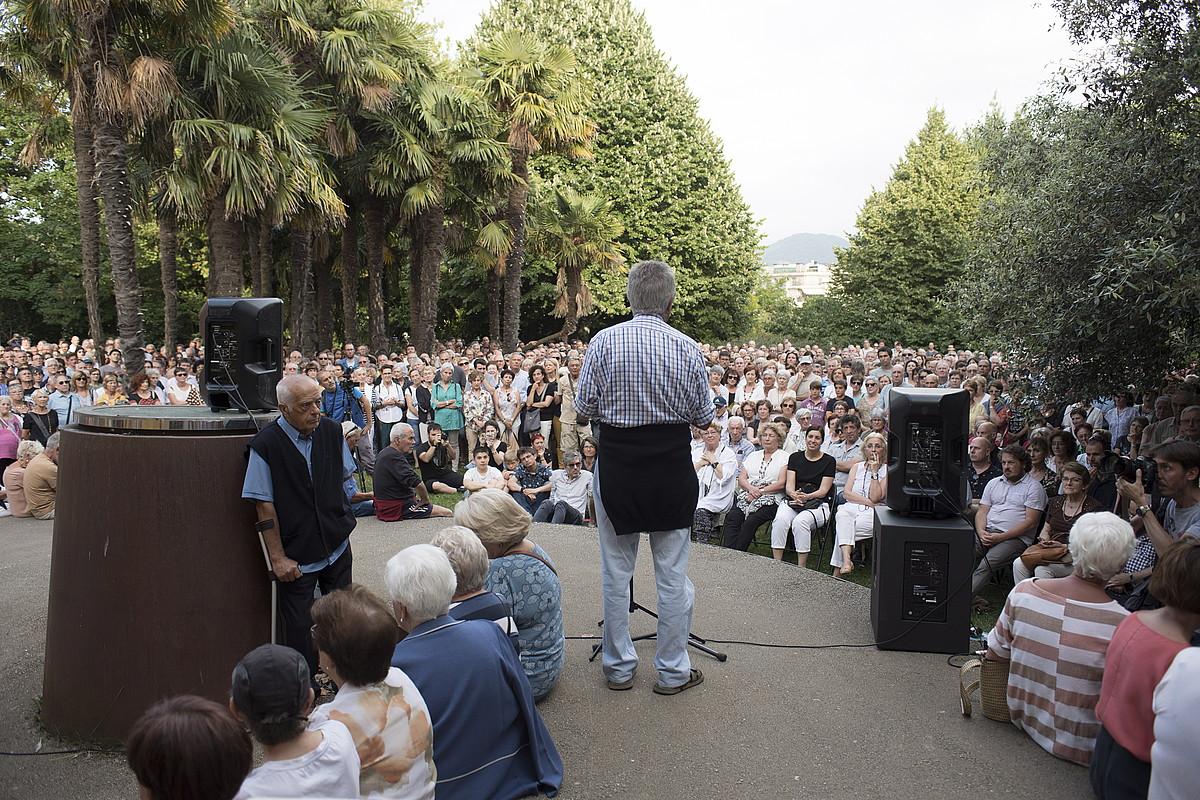 Txema Auzmendi hizlari, atzoko ekitaldian. Jendetza handia bildu zen jauregiaren alboko lorategian. ©JUAN CARLOS RUIZ / FOKU