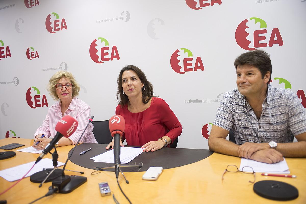 Miren Aranoa EAko Nafarroako koordinatzailea, Iratxe Lopez de Aberasturi Arabakoa eta Mikel Goenaga Gipuzkoakoa, atzo, Donostian. ©JUAN CARLOS RUIZ / FOKU