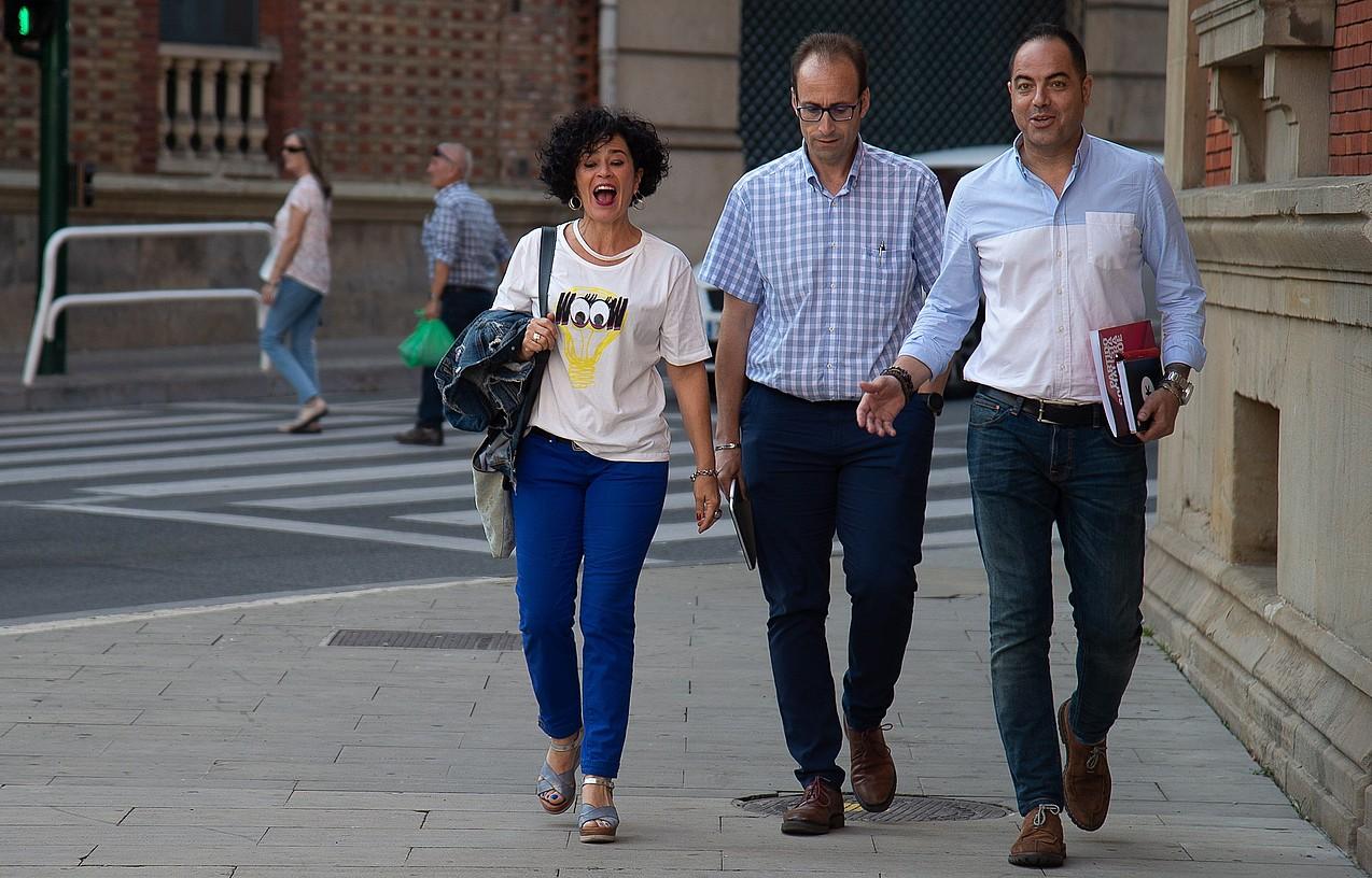 Inma Jurio, Jorge Agirre eta Ramon Alzorriz PSNko eledunak, atzo, Nafarroako Parlamentura bidean. ©IÑAKI PORTO / EFE