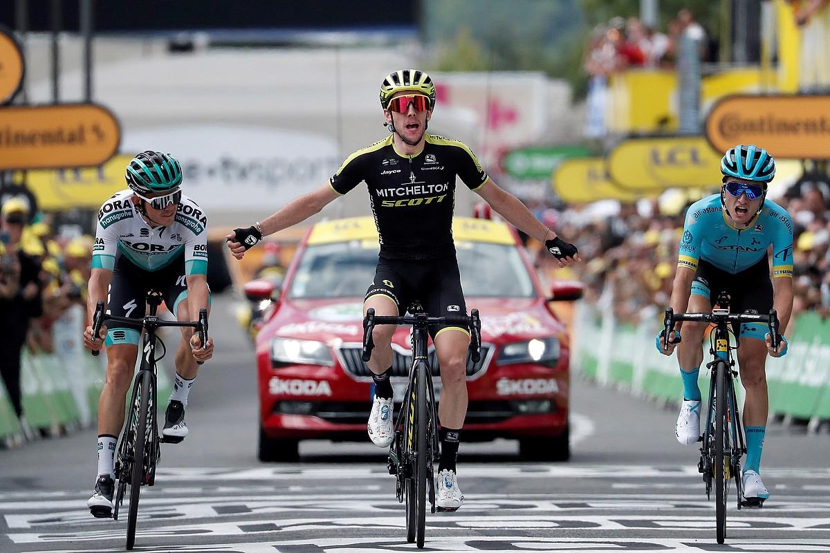 Simon Yates atzo lortutako garaipena ospatzen, ezker eskuin Gregor Muhlberger eta Pello Bilbao dituela. ©GILLAUME HORCAJUELO / EFE