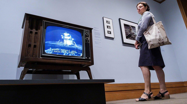 <b>Ikusmina. </b>Apolo 11 Ilargira iristea zuzeneko emankizunean eskaini zuten, zuri-beltzeko telebistan. ©JUSTIN LANE / EFE
