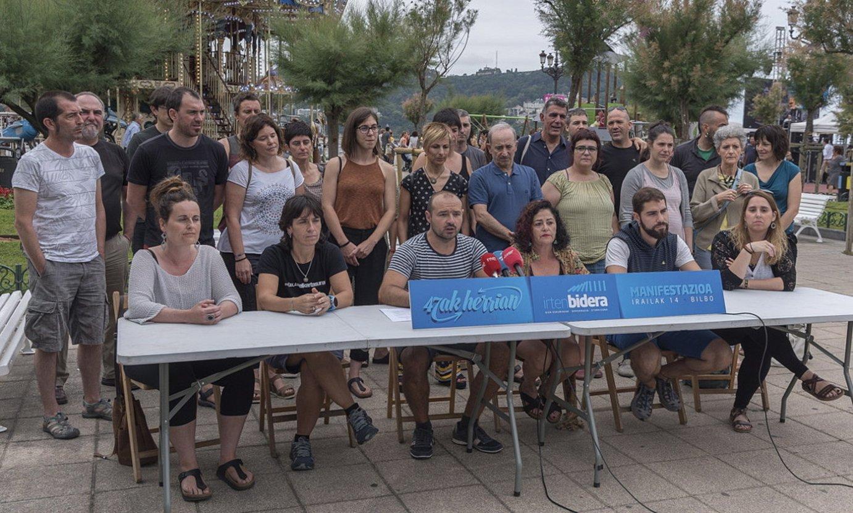 Auzipetuak eta zenbait hezkuntza aditu, atzo, Donostian. ©ANDONI CANELLADA / FOKU