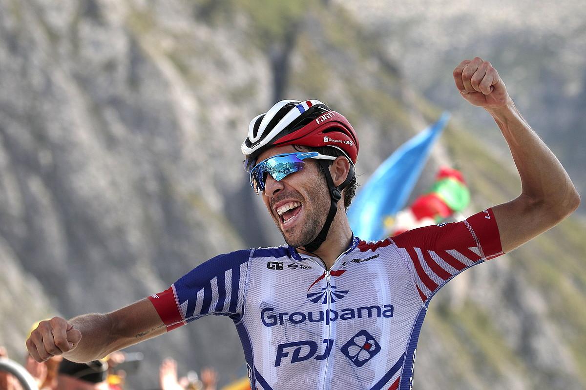 Thibaut Pinot atzoko etaparen garaipena ospatzen, Tourmaleteko helmuga gurutzatu zuen unean bertan. ©YOAN VALAT / EFE