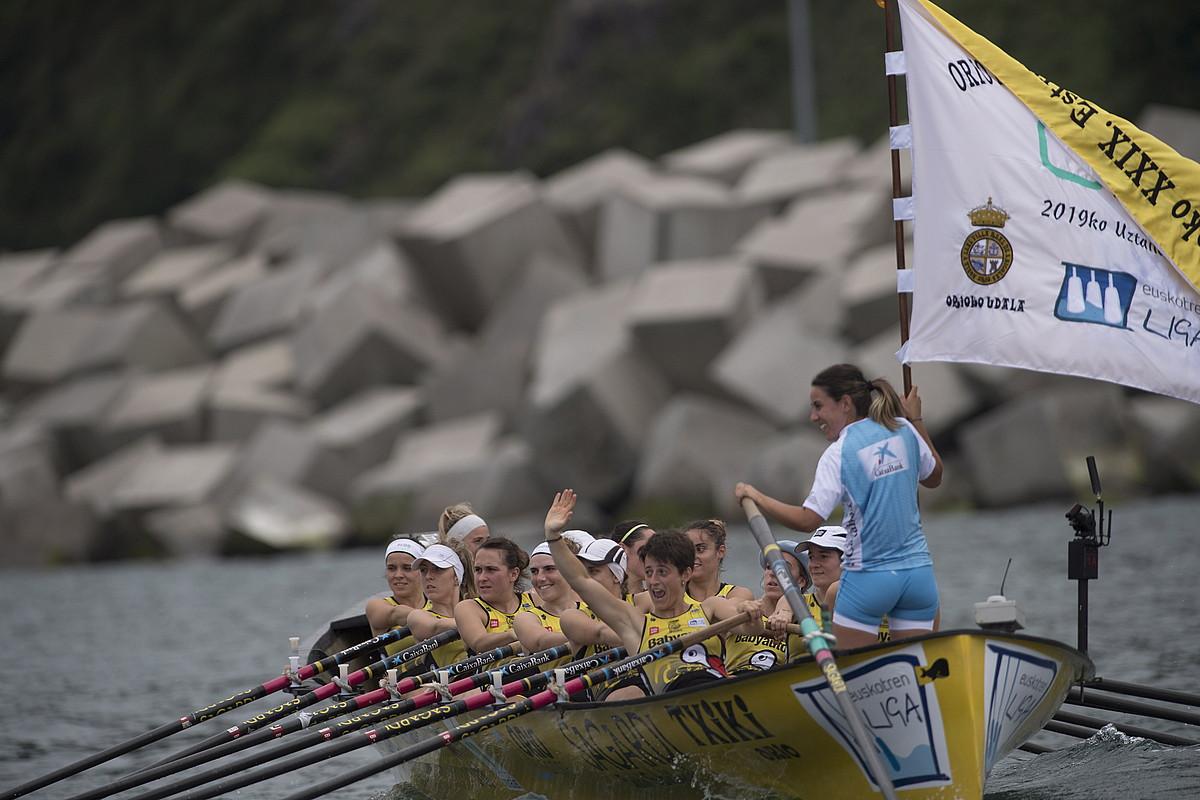 Orioko arraunlariak portura itzultzen, atzo irabazitako etxeko estropadako bandera traineruan hartuta. ©J. C. RUIZ / FOKU
