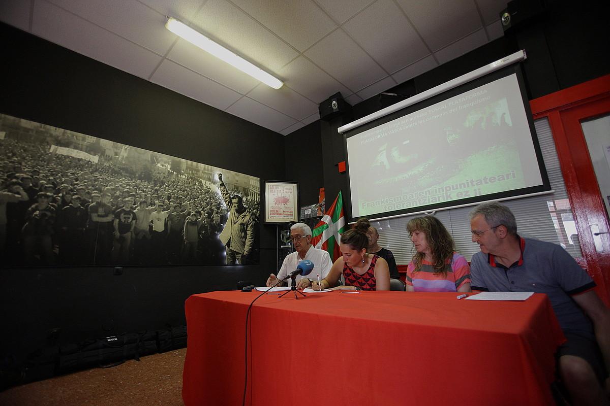 Plataformako kideak, atzo Gasteizen eman zuten prentsaurrekoan. ©ENDIKA PORTILLO / FOKU
