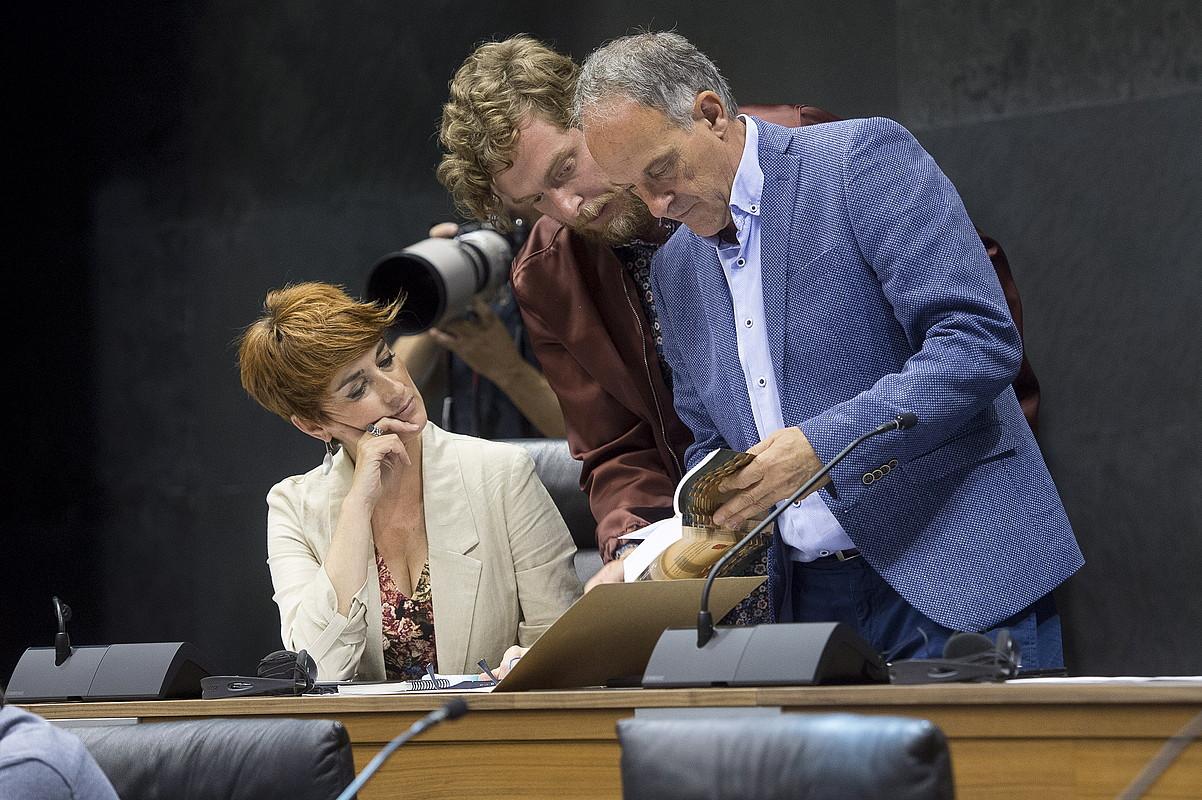 Bakartxo Ruiz, Maiorga Ramirez eta Adolfo Araiz Nafarroako EH Bilduko parlamentarioak, joan den ekainaren 19an, Iruñean, parlamentuan. ©IÑIGO URIZ / FOKU