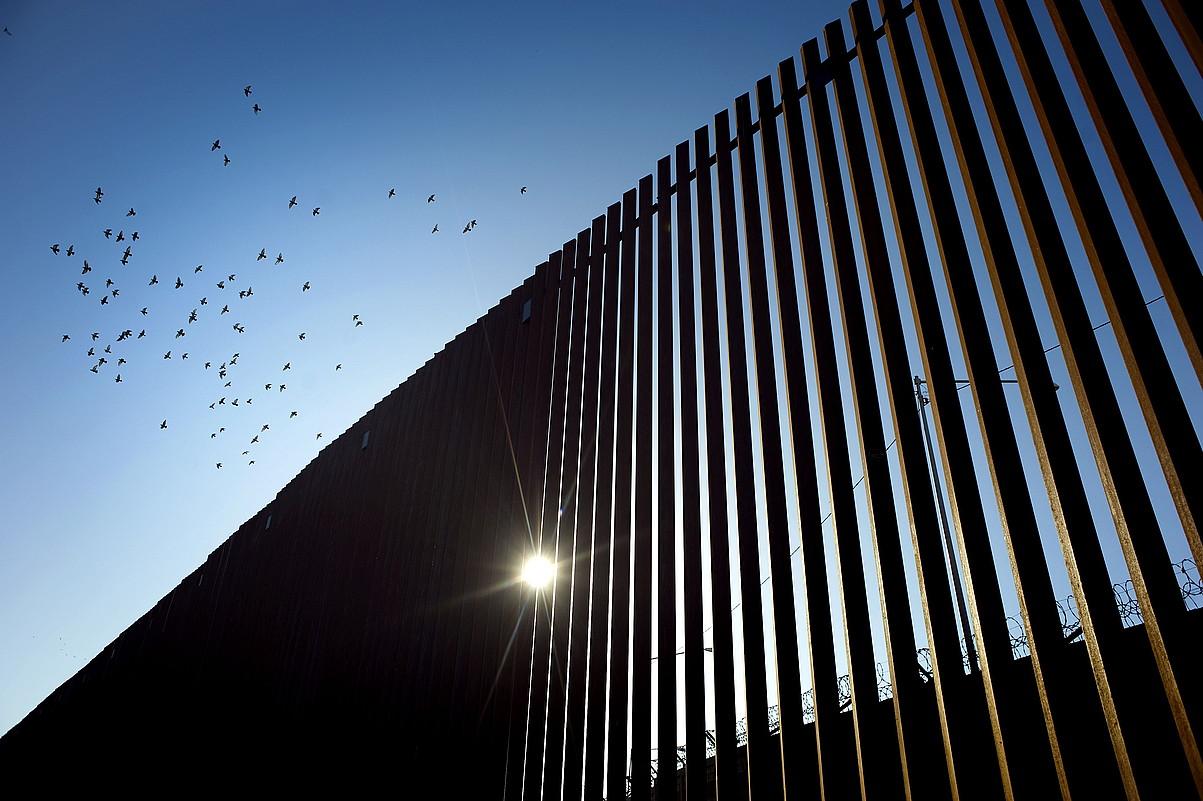 AEBetako Calexiko herrian dagoen horma iragan urtean berritu zuten, presidentearen aginduz. ©DAVID MAUNG / EFE