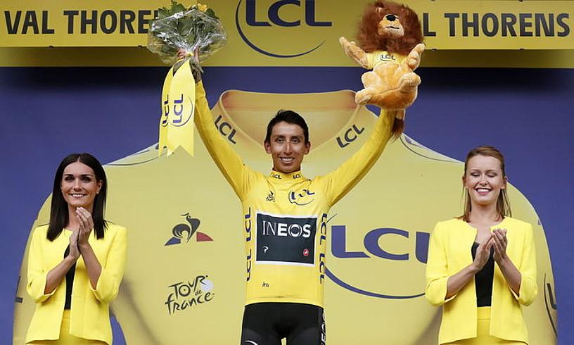 Egan Bernal, atzo, podiumean elastiko horiarekin eta garaikurrekin. ©GUILLAUME HORCAJUELO / EFE