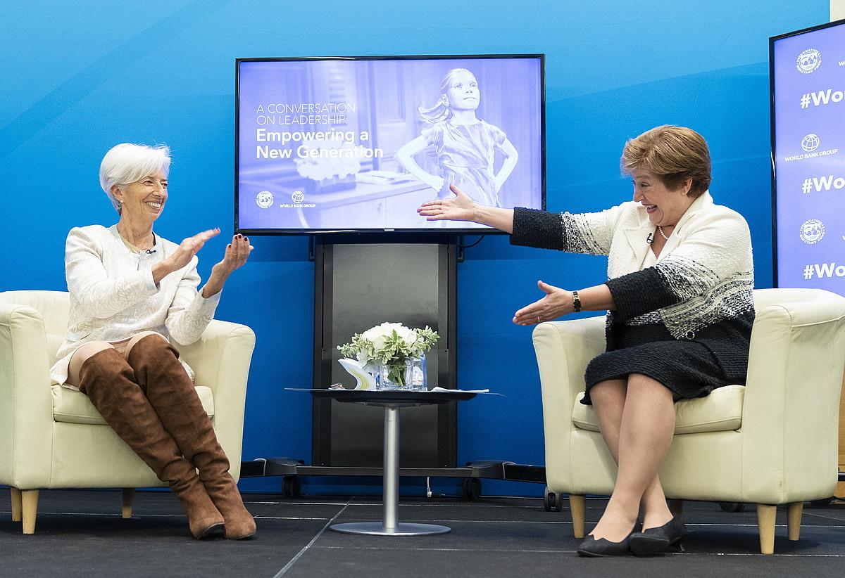 Christine Lagarde NDFko zuzendaria (ezkerrean) eta Kristalina Georgieva Munduko Bankuko presidente zela, martxoan, Washingtonen. ©STEPHEN JAFFE / EFE