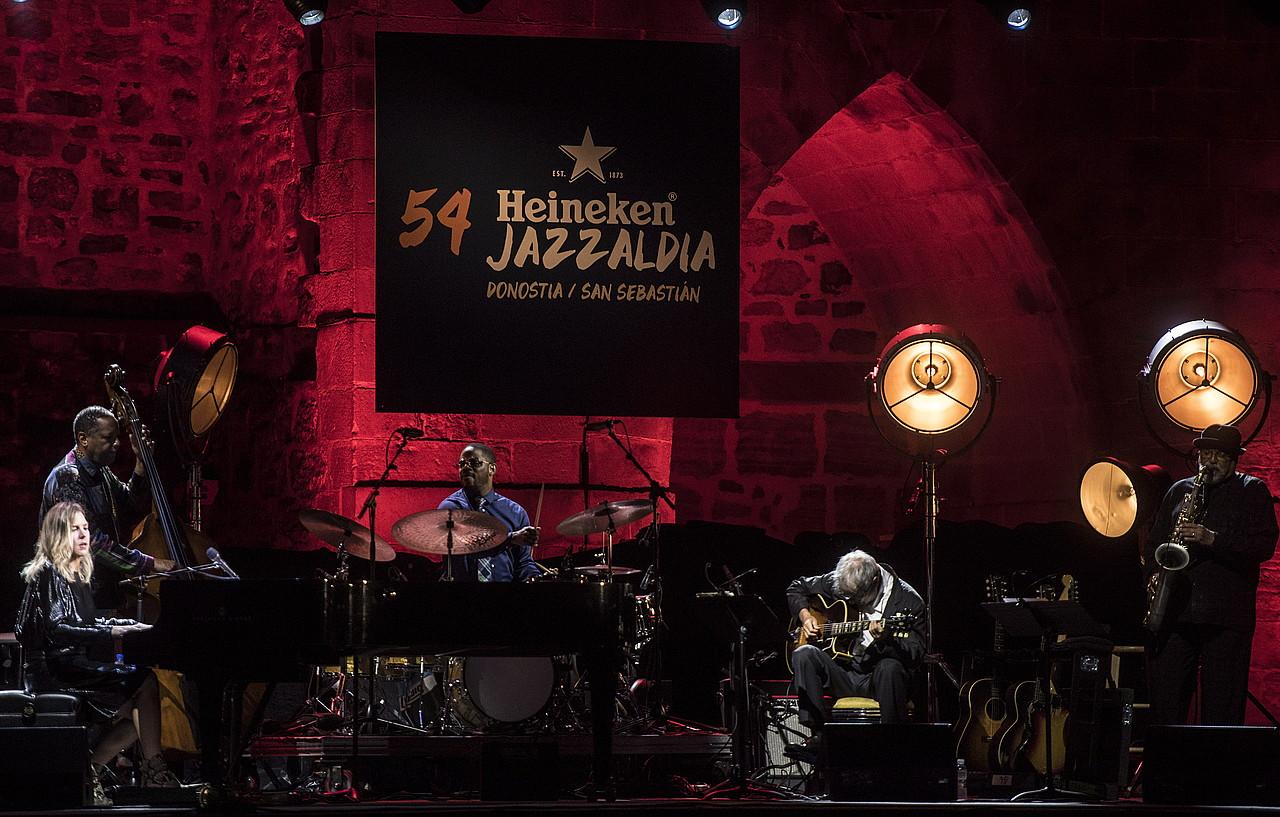 Diana Krall pianista eta haren taldekideak, kontzertuan. ©JAGOBA MANTEROLA / FOKU