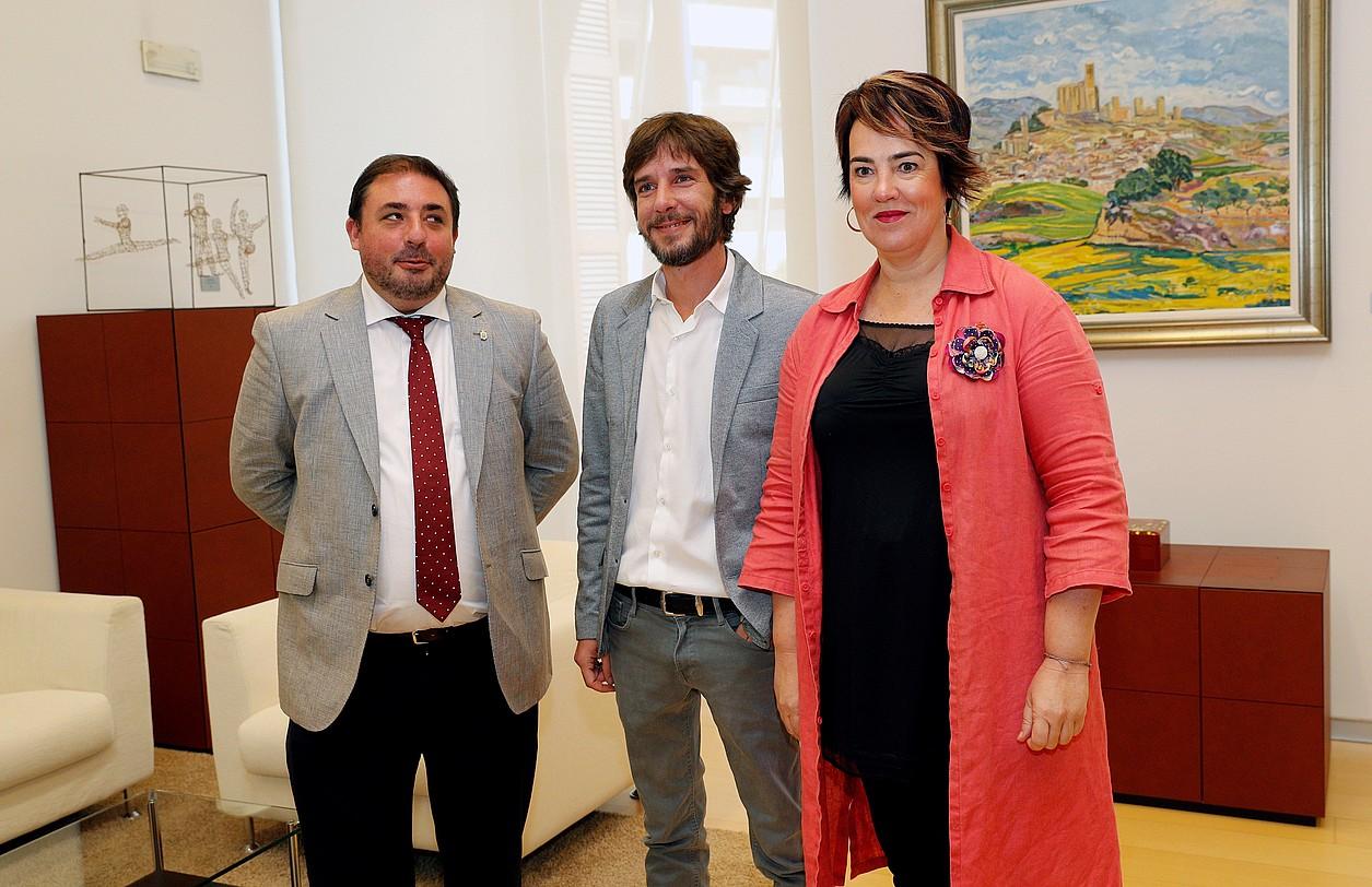 Unai Uhalde Nafarroako Parlamentuko presidentea Ahal Dugu-ko Mikel Buil eta Ainhoa Aznarezekin.