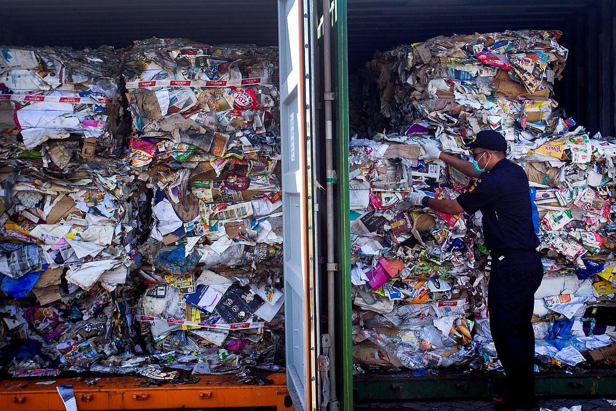Indonesiako aduana agente bat Australiatik iritsitako hondakinez betetako kontainerrak begiratzen. ©FULLY HANDOKO / EFE