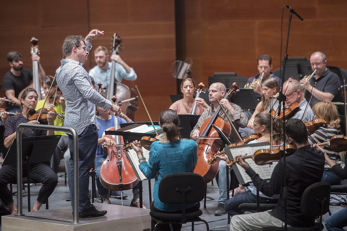 Mahler Chamber Orchestrako musikariak eta Jakub Hrusa zuzendaria, atzo, Kursaaleko entseguan. ©JUAN CARLOS RUIZ / FOKU