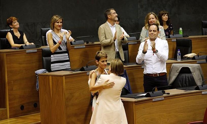 Maria Txibite eta Uxue Barkos, atzoko bozketaren ondoren, elkar agurtzen. ©VILLAR LOPEZ / EFE