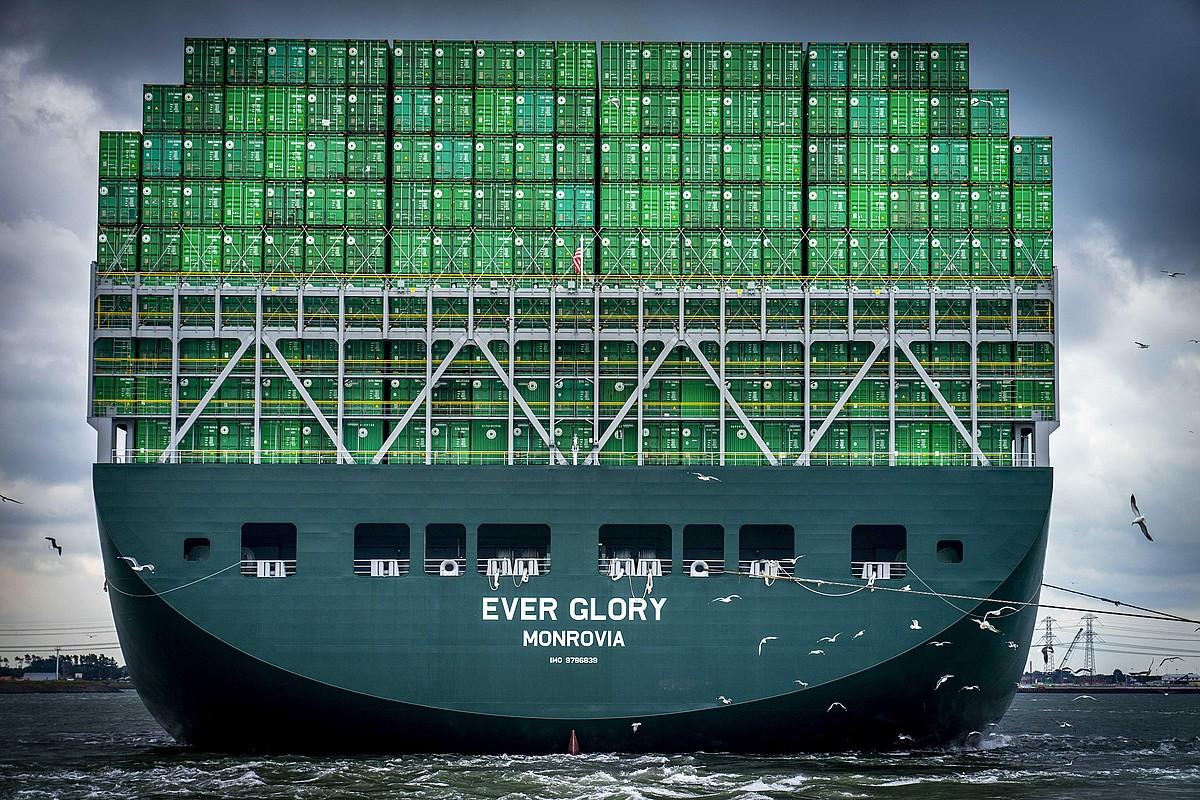 <i>Ever Glory</i> edukiontziak garraiatzeko barkua Rotterdamera iristen (Herbehereak), joan den ekainean. ©JERRY LAMPEN / EFE