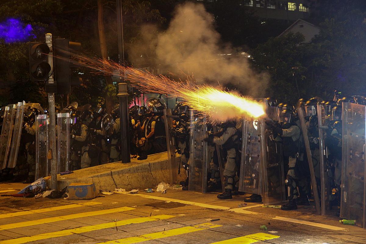Hong Kongeko Poliziako kideak, atzo, mobilizazioa sakabanatzeko ahaleginean. Negar gasa jaurti zuten. ©JEROME FAVRE / EFE