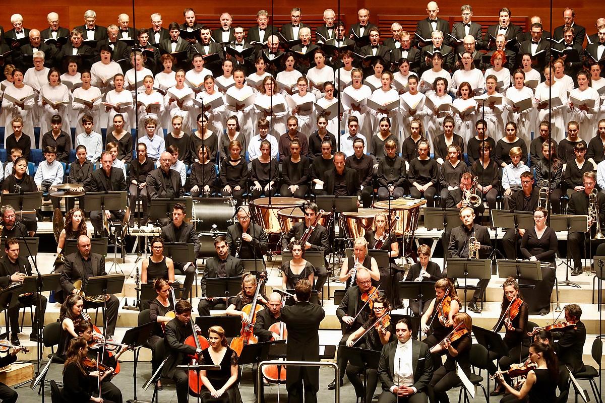 Orkestrako eta abesbatzetako kideak, herenegun iluntzean. ©IÑIGO IBAÑEZ / EFE