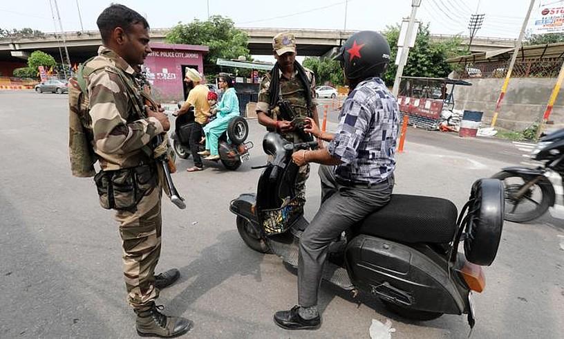 Indiako indar militarren kontroletako bat, atzo, Jammun. ©JAIPAL SINGH / EFE