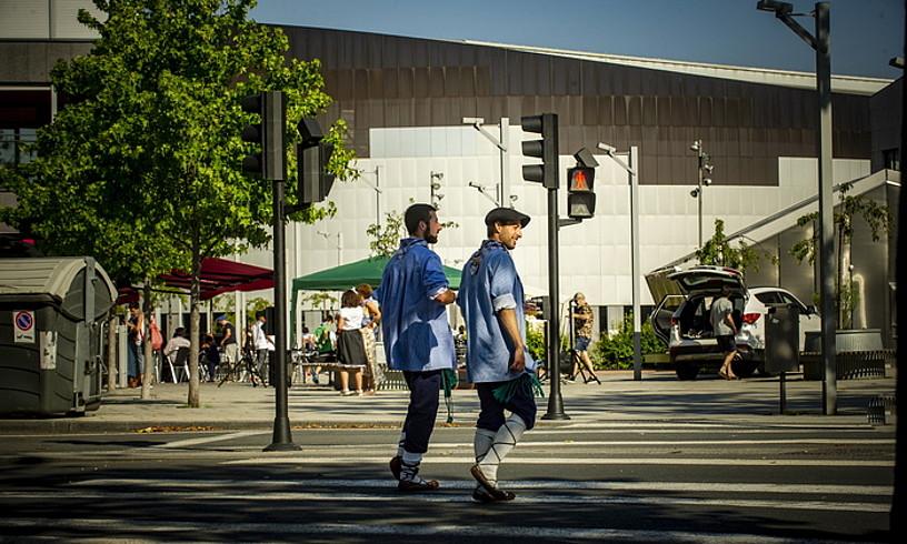 Bi blusa joaneko kalejira egin ondoren, Berpizkundearen plazan, Iradier Arena aurrean dutela. ©JAIZKI FONTANEDA / FOKU