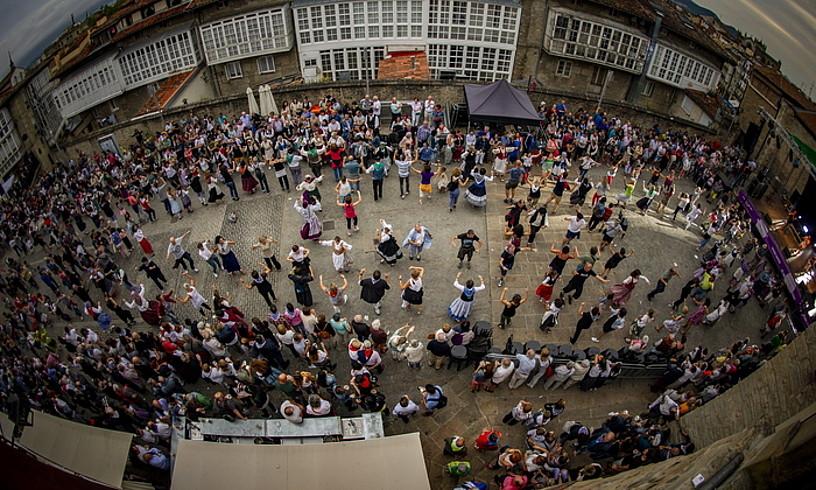 Jendea larrain eta txulalai dantza tradizionalak dantzatzen, Aihotz plazan. ©JAIZKI FONTANEDA/FOKU