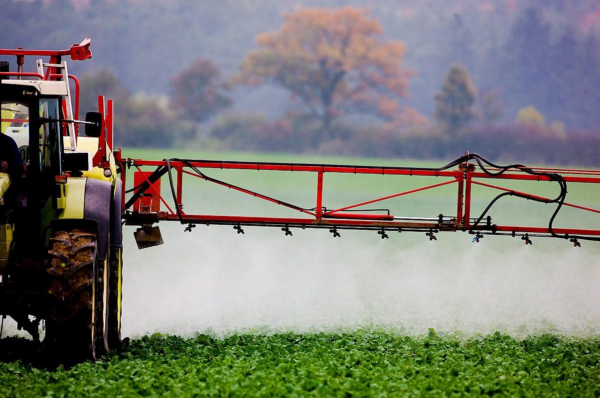 Traktore bat pestizidak zabaltzen Alemaniako soro batean. ©PATRICK PLEUL / EFE