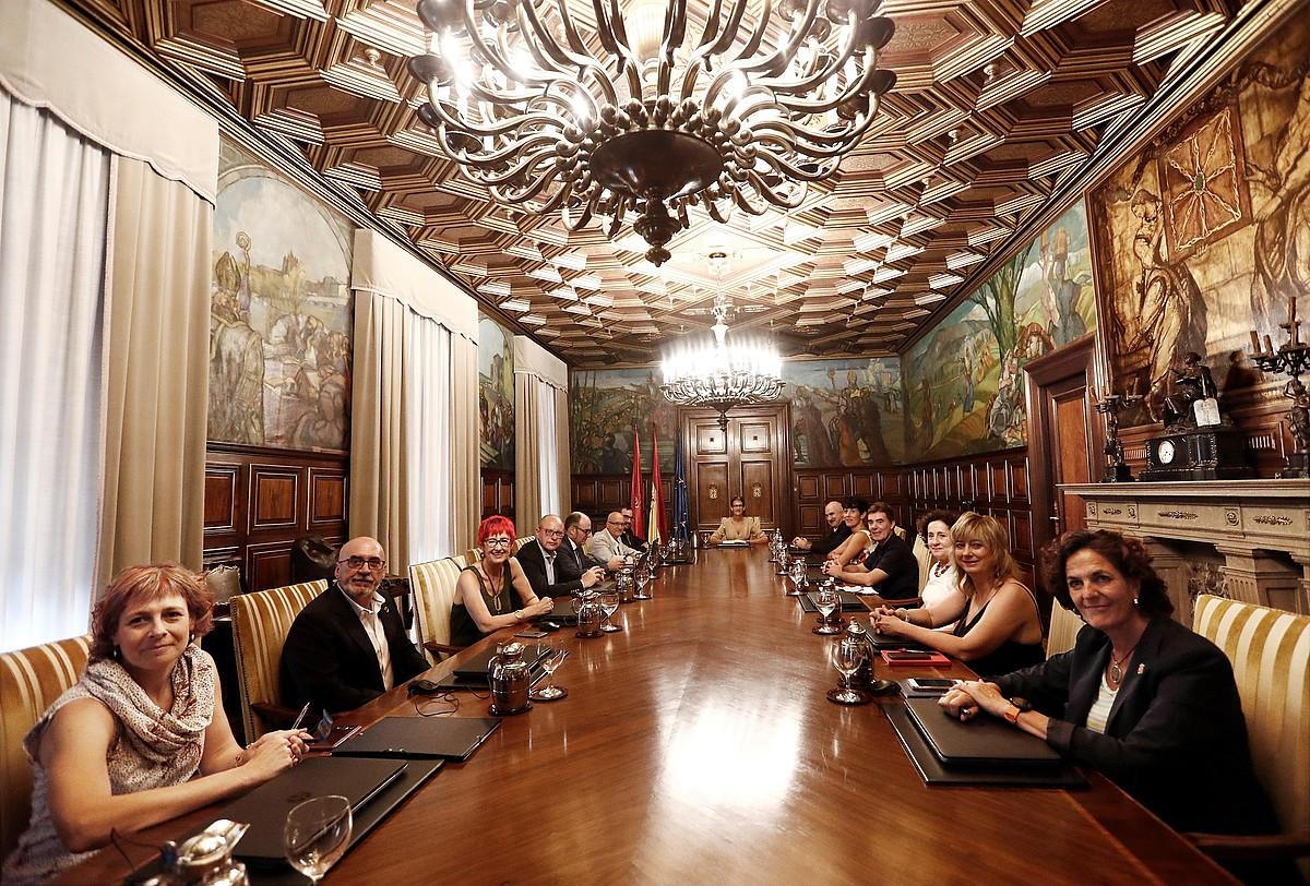 Nafarroako Gobernuko kontseilariak, mahaiaren buruan Maria Txibite lehendakaria dutela, atzoko bileran. ©JESUS DIGES / EFE