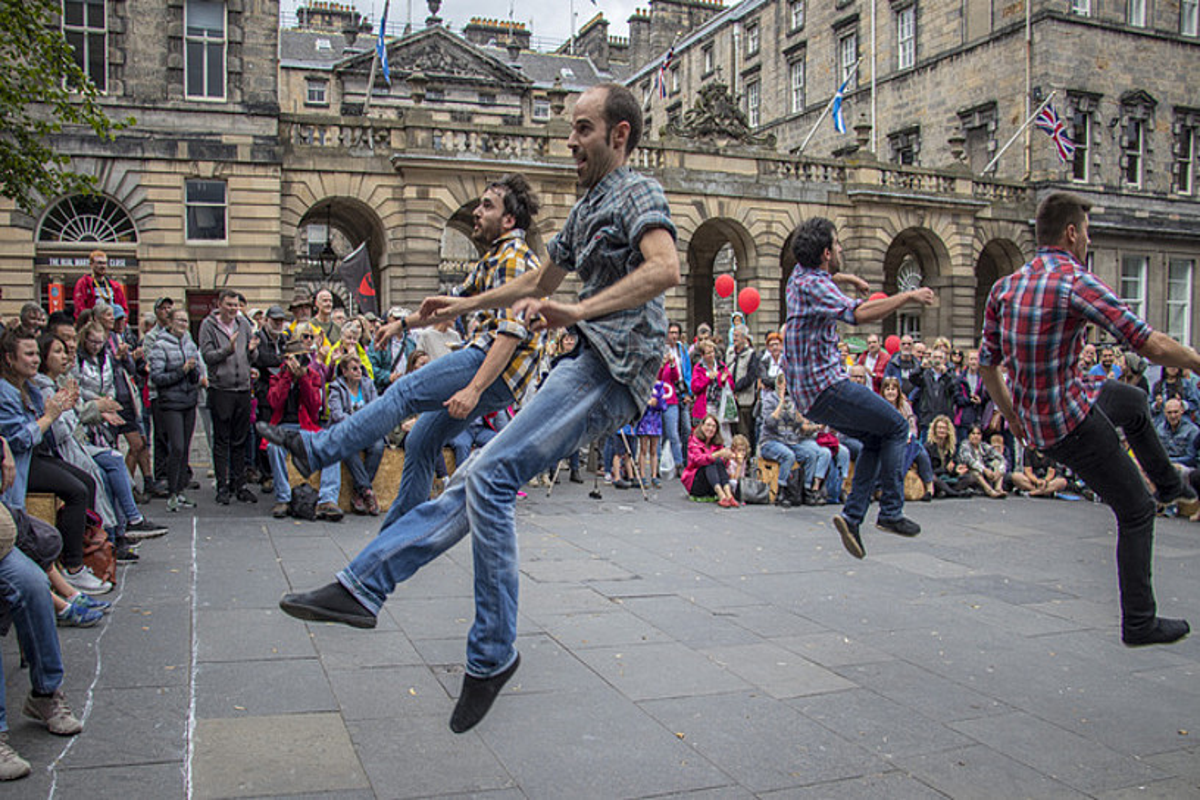 Tio Teronen Semeak taldeko dantzariak <em>Fresh Cool</em> ikuskizuna aurkezten ari dira egunotan Edinburgon. ©JUAN DOPICO / ETXEPARE EUSKAL INSTITUTUA