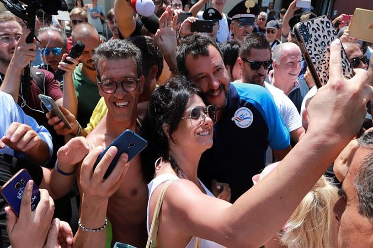 Matteo Salvini Italiako lehen ministrordea jarraitzale batekin <em>selfie</em> bat ateratzen, Termolin, atzo. ©NICO LANESE / EFE