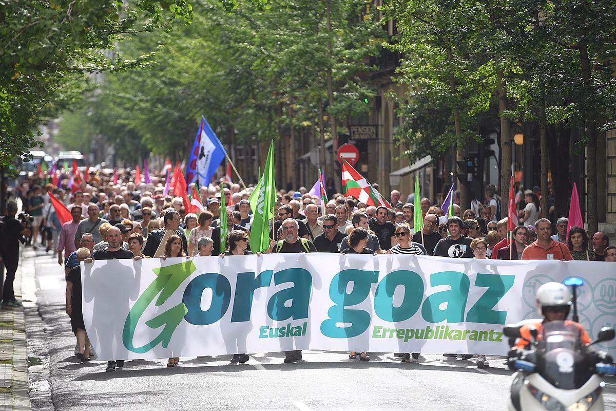 Manifestazio burua, atzo, Donostiako San Martin kalea zeharkatzen.