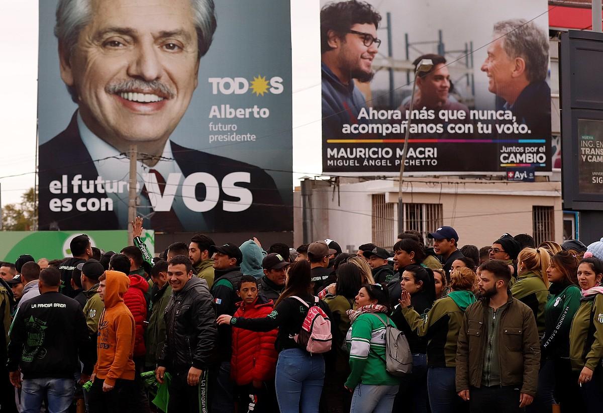 Alberto Fernandezen jarraitzaileak hautagaiaren azken mitinera sartzeko ilara egiten, duela hiru egun, Cordoban. ©NICOLAS AGUILERA / EFE