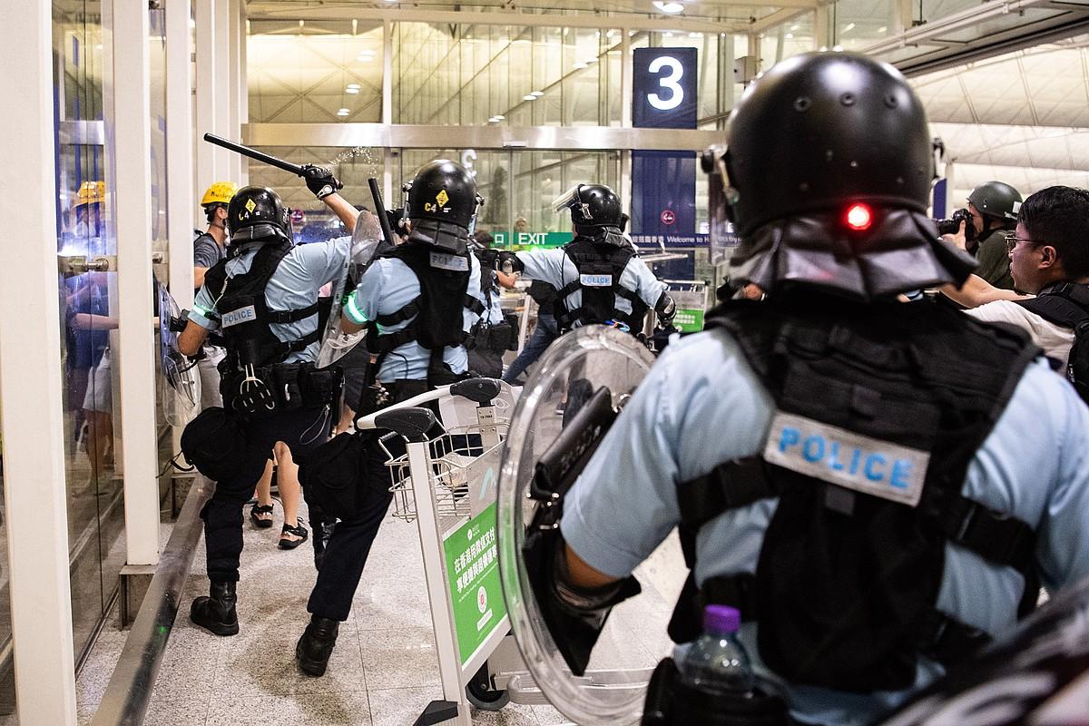 Atzo ere borrokak egon ziren manifestarien eta polizien artean, Hong Kongen.