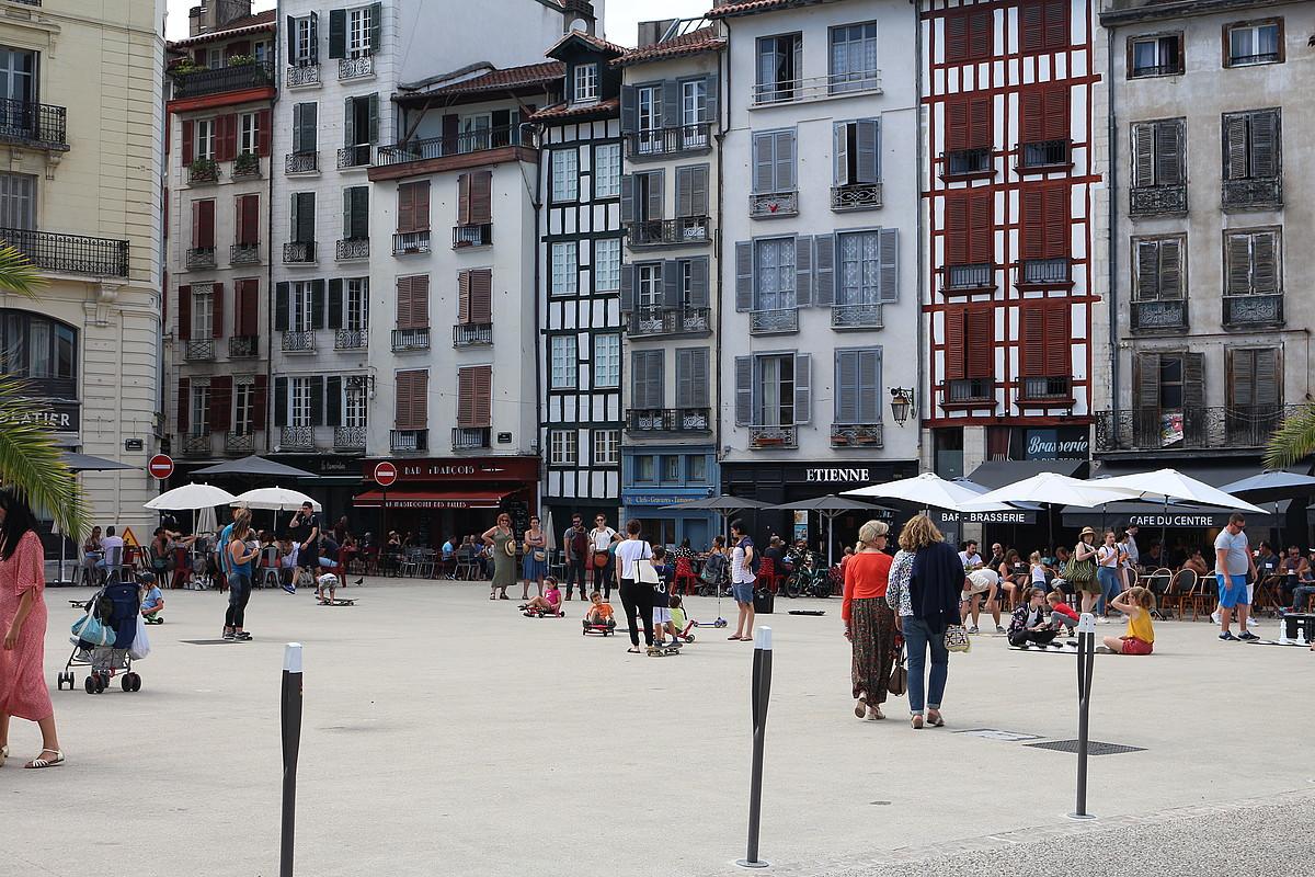 Baionako merkatuko plazan larunbatero egiten duten ekoizleen merkatua bertan behera utzi dute. / BERRIA