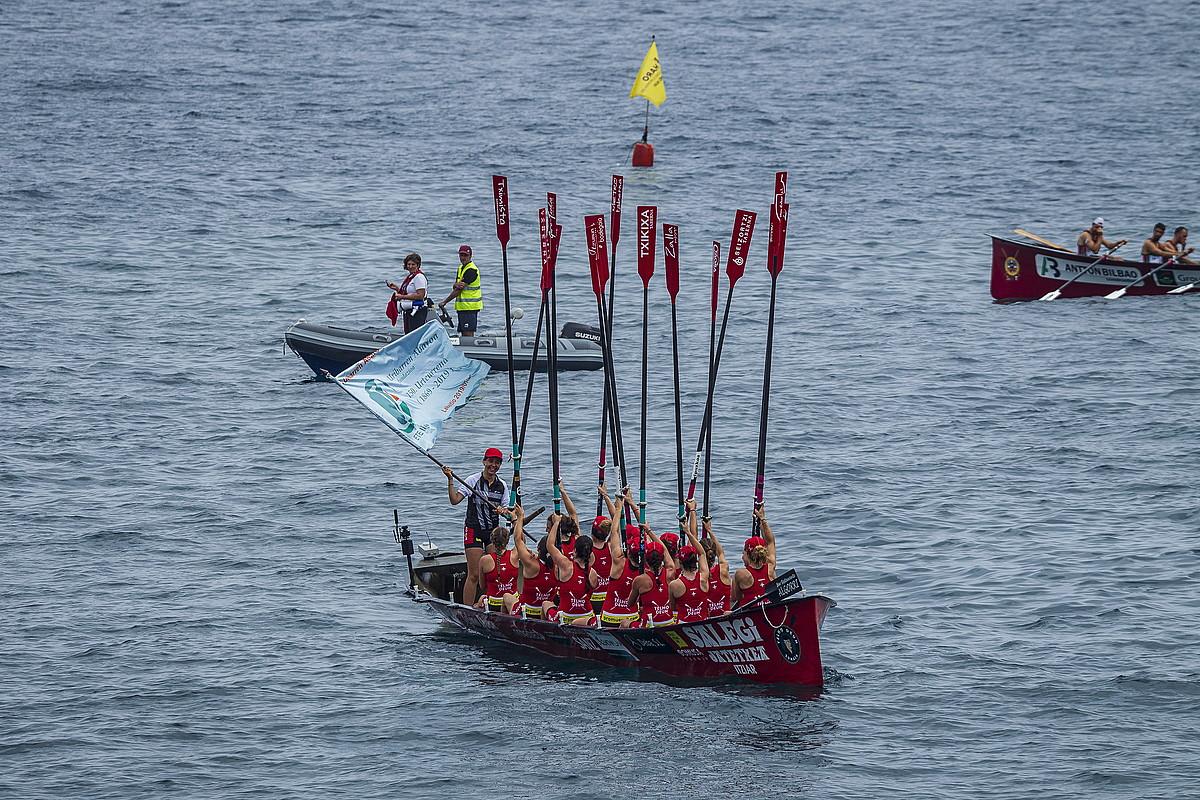 Zumaiako kideak, Lekeition irabazitako ETE ligako bandera ospatzen. ©ARITZ LOIOLA / FOKU
