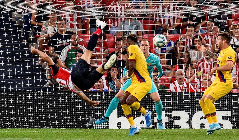 Aritz Aduriz, baloiari txilenaz jotzen, atzo, San Mamesen. Hala sartu zuen gola Athleticeko aurrelariak. ©JAVIER ZORRILLA / EFE
