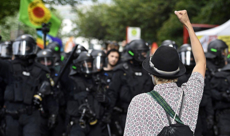 Itzulera. Protestari bat Poliziaren aurrean, G20aren aurkako Hanburgoko kontragailurrean, 2017. urtean. / FILIP SINGER / EFE