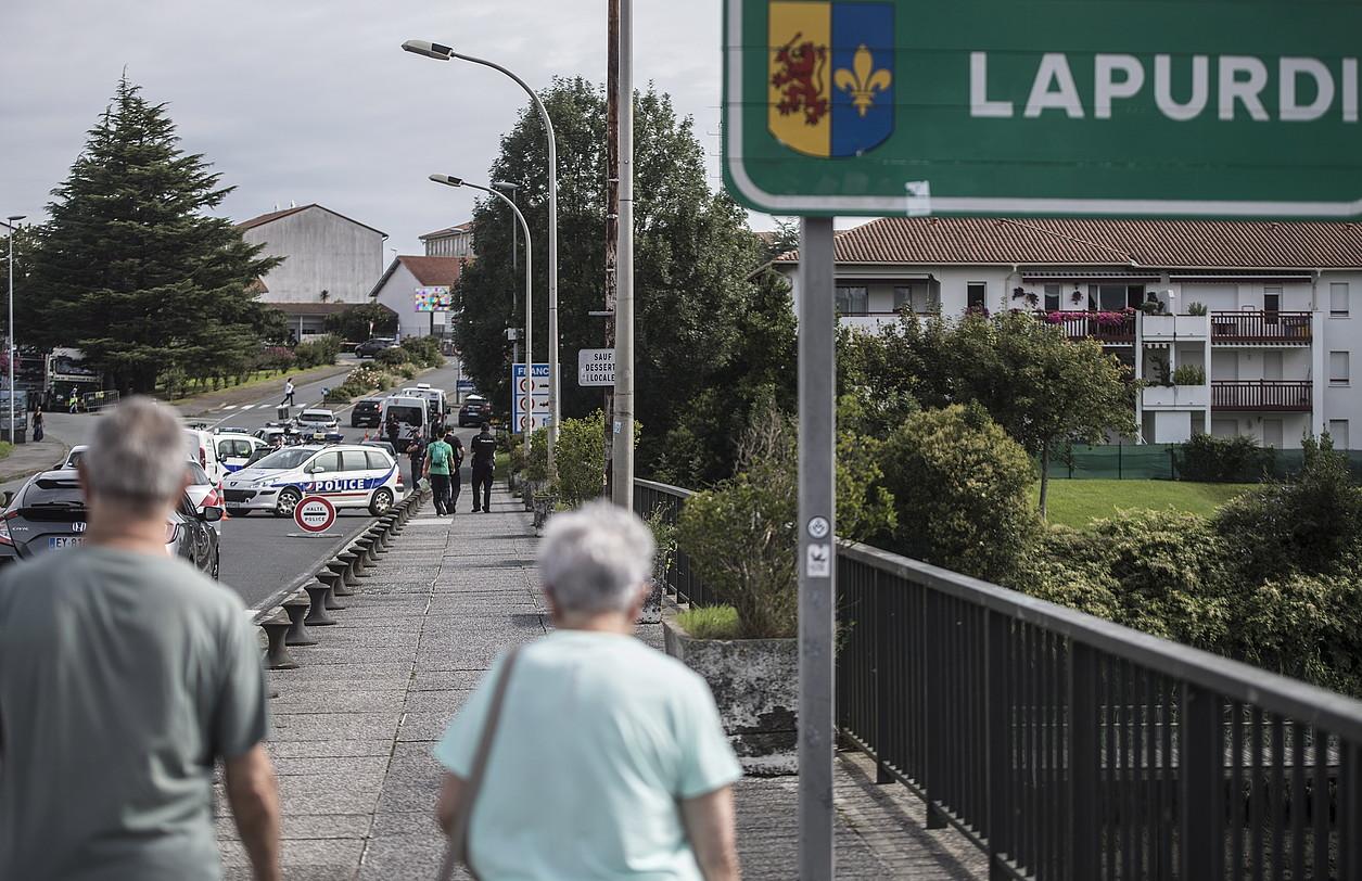 Frantziako eta Espainiako poliziek kontrol zorrotza ezarri dute Irun eta Hendaia arteko mugan, elkarlanean. / JAGOBA MANTEROLA / FOKU