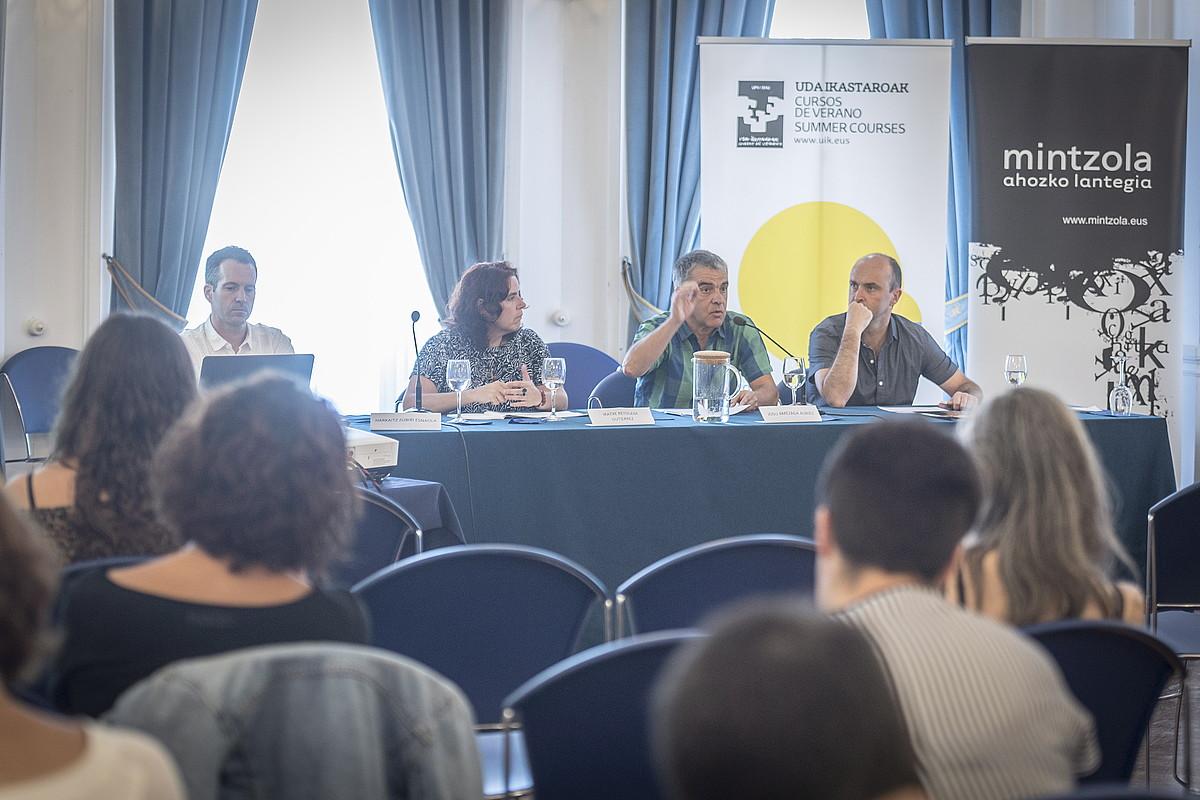 Harkaitz Zubiri, Iratxe Retolaza, Josu Amezaga eta Karlos Aizpurua, atzo, mahai inguruan. ©GORKA RUBIO / FOKU