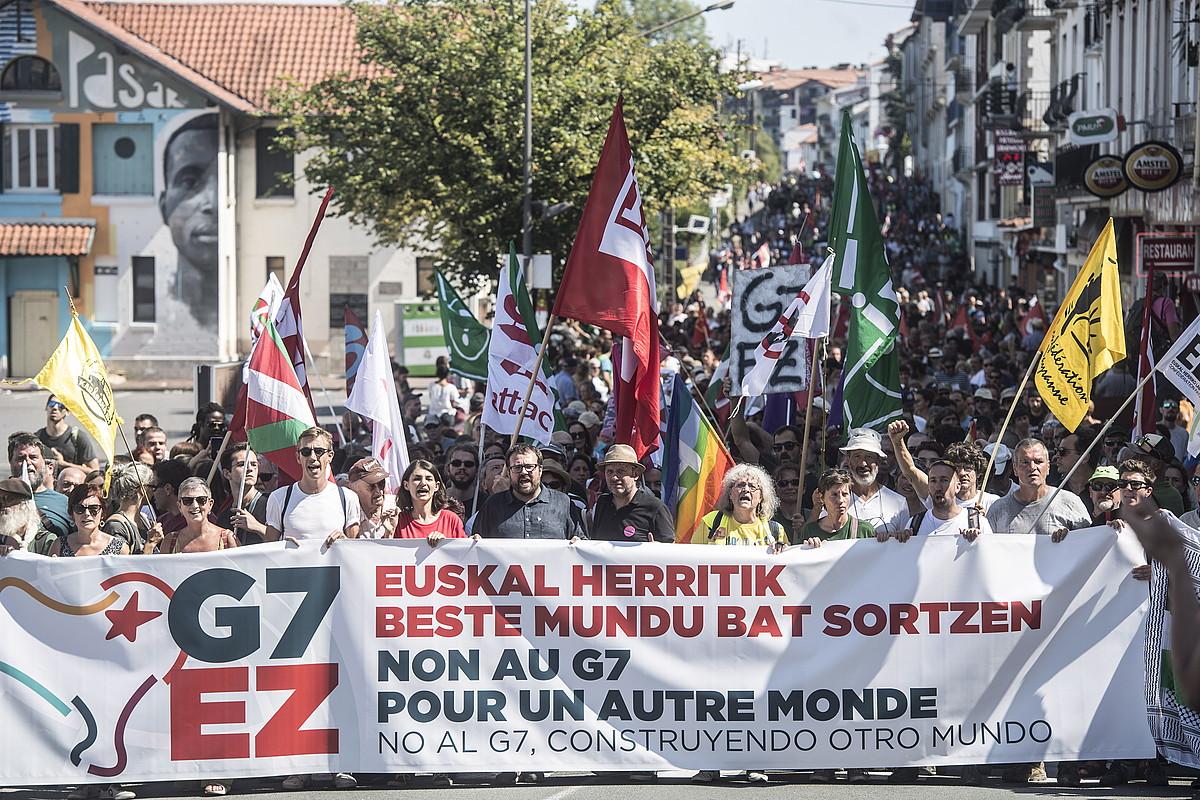 G7koen kontrako plataformako kideak, atzo eguerdian, Hendaia eta Irun artean egin zuten manifestazio jendetsuan. / JAGOBA MANTEROLA / FOKU