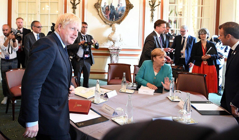 <b>Miarritze.</b> Boris Johnson, Angela Merkel eta Emmanuel Macron, atzo, laneko bilera batean. / ANDREW PARSONS / EFE