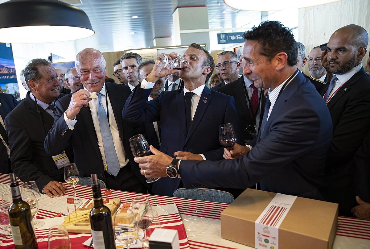 Max Brisson, Alain Rousset eta Emmanuel Macron, dastaketan. / IAN LANGSDON / EFE