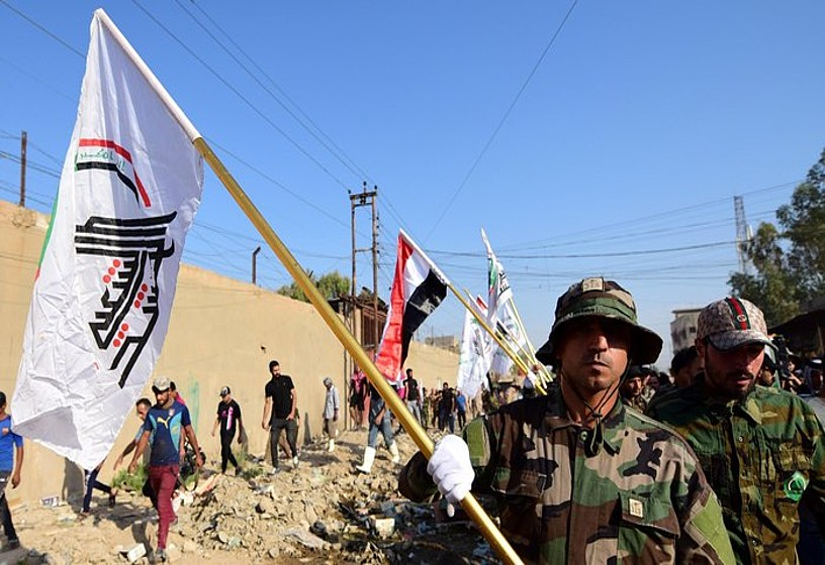 Irakeko Hezbollahko kideak, drone erasoan hildako Abu Ali al-Debbi milizianoaren hiletan, atzo, Bagdaden. ©MURTAJA LATEEF / EFE