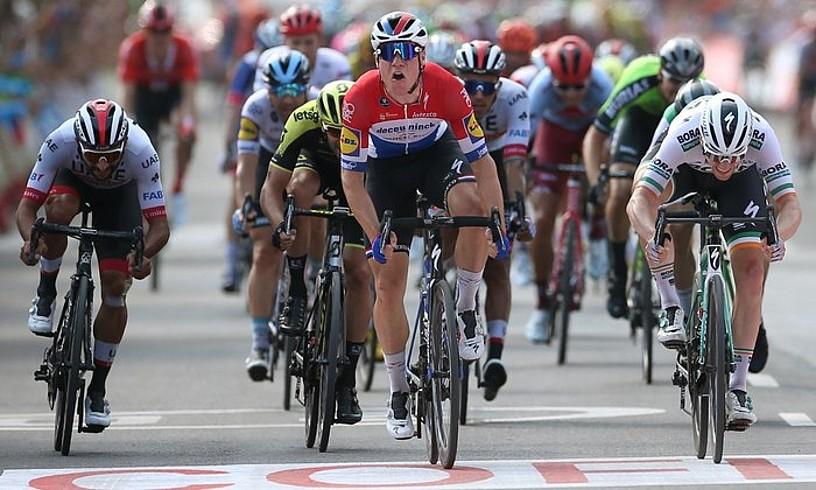 Fabio Jakobsen, Espainiako Vueltako laugarren etapa irabazio berritan, atzo, El Puigen. ©JAVIER LIZON / EFE