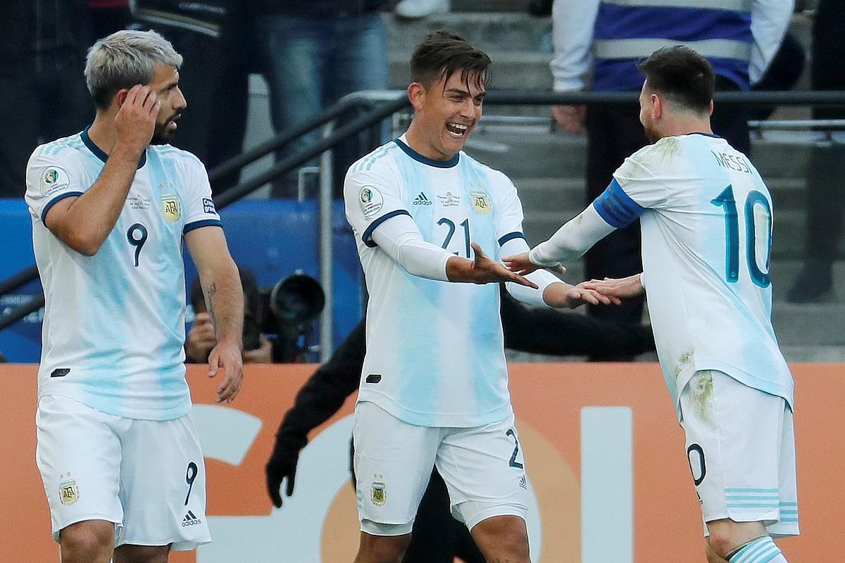 Sergio Aguero, Paulo Dybala eta Lionel Messi eta gol bat ospatzen.