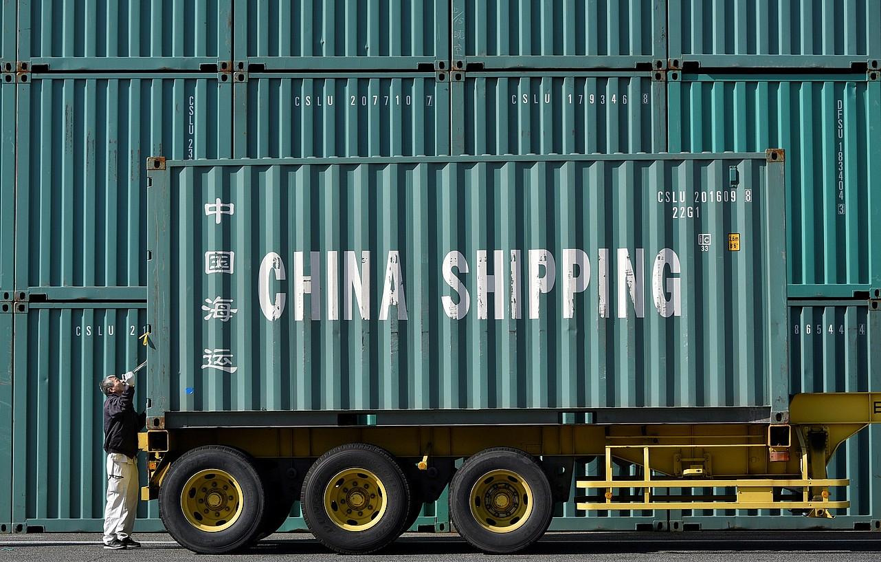 Nazioartera bidaltzeko kontainerrak prestatzen, Tokion, artxiboko irudi batean. ©FRANCK ROBICHON / EFE