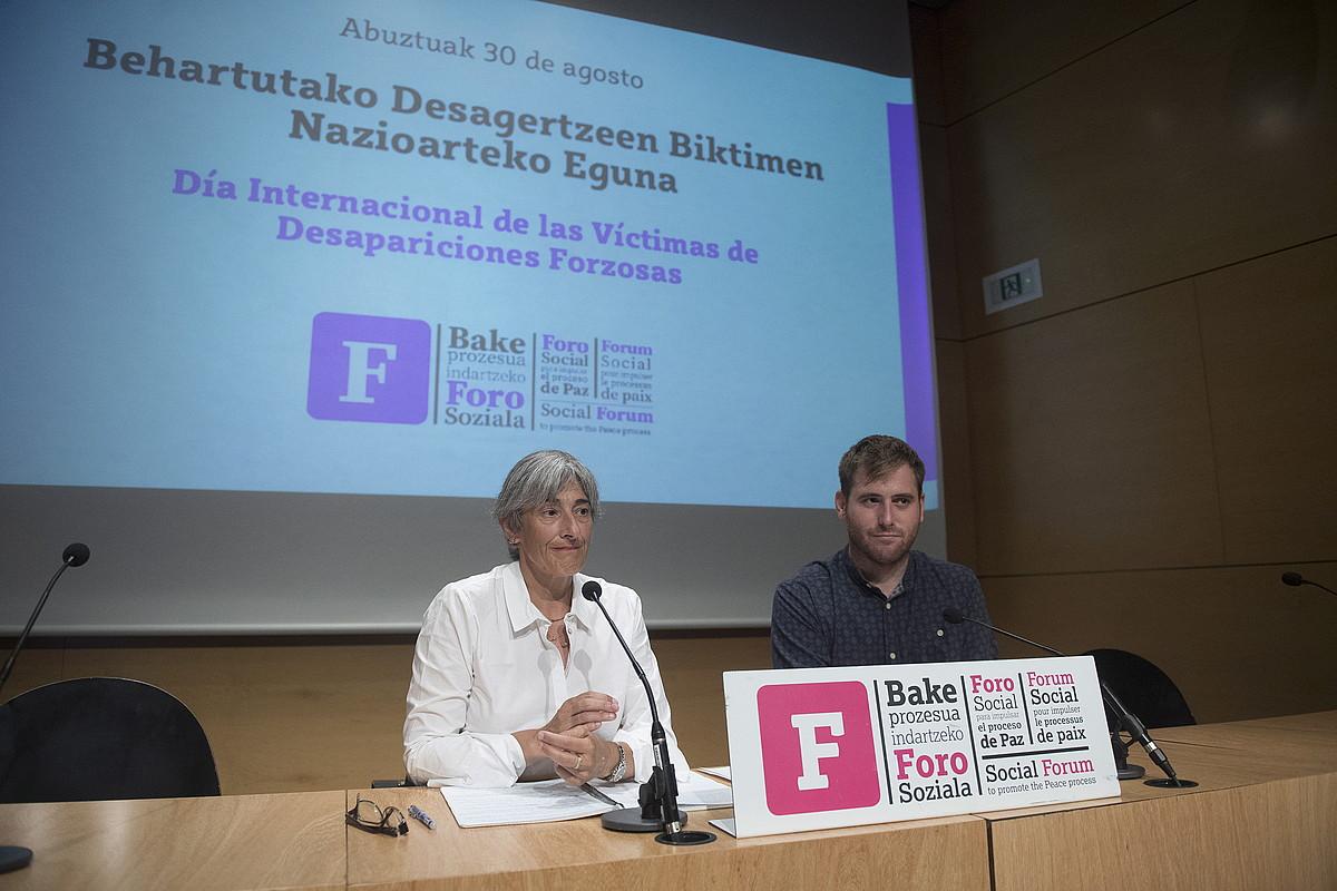 Nekane Altzelai eta Tasio Agirrezabalaga, Foro Sozialak atzo Donostian egindako agerrraldian. ©GORKA RUBIO / FOKU