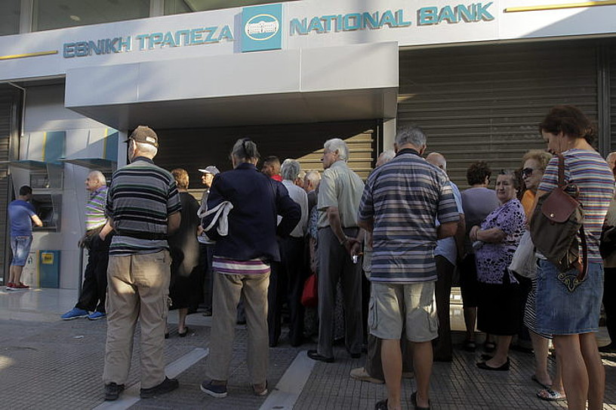Greziako herritarrak, banku bateko kutxa automatikoan dirua ateratzeko zain, ilaran, 2015eko ekainaren 19an, <em>corralito</em>-aren lehen egunean. ©ORESTIS PANAGIOTOU / EFE