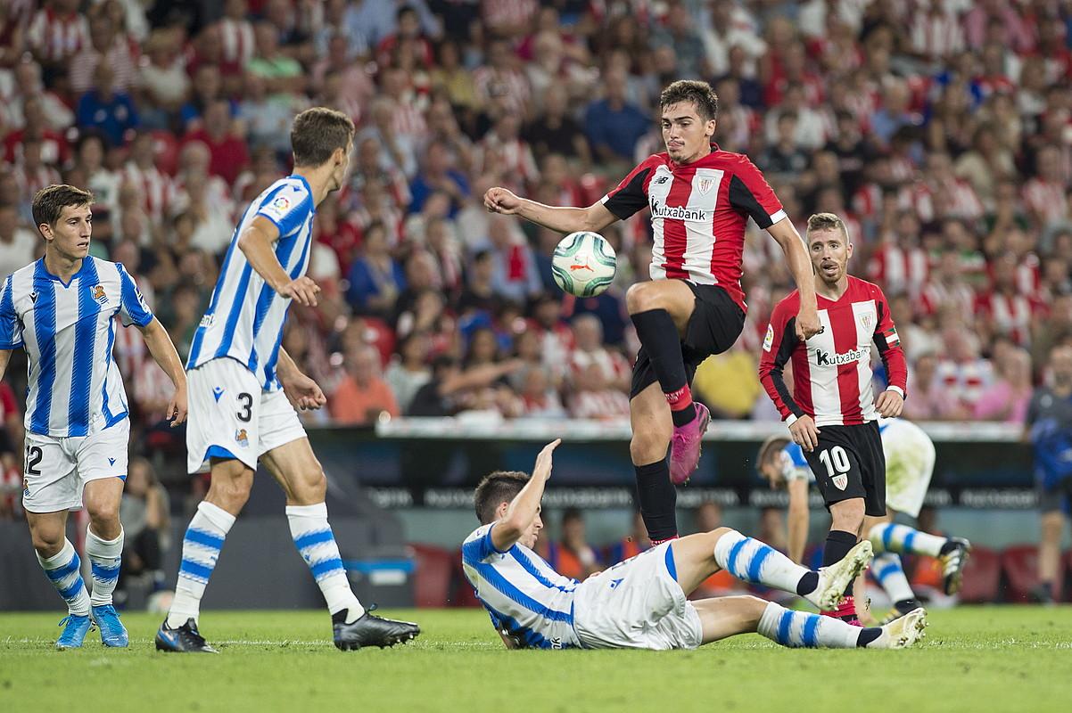 Athleticek erraz azpiratu zuen Reala. irudian, Iñigo Cordoba jokalaria Igor Zubeldiaren gainetik jauzi egiten. ©MONIKA DEL VALLE / FOKU
