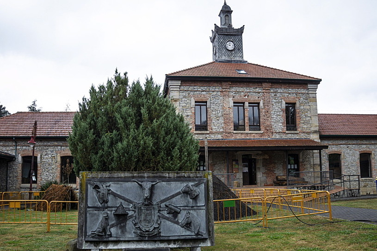Museo Etnografikoa. Antzina udalerriko eskola izandakoan, Etnografiaren Interpretazio gunea dago gaur egun Villaverde Turtziozen. ©ARITZ LOIOLA / @FOKU
